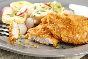 Chrupiące kotleciki z kurczaka w płatkach kukurydzianych z ziemniakami, cebulką i boczkiem