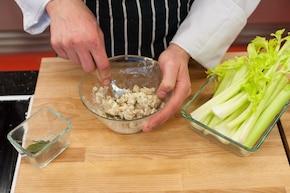 Chrupiący kurczak z selerem i serem pleśniowym – krok 3