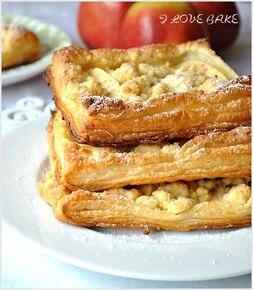 Ciasta francuskie z jabłkami i kruszonką
