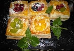 Ciasteczka z kremem i owocami
