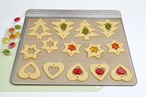 Ciasteczka z witrażem na choinkę – krok 5