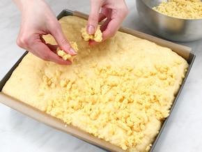 Ciasto drożdżowe z kruszonką - VIDEO – krok 5