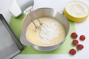 Ciasto z adwokatem i truskawkami – krok 4
