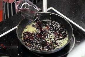 Ciemny sos z zielonego pieprzu – krok 2