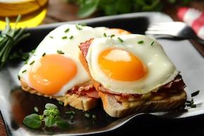 Croque madame - tosty z jajkiem i sosem beszamelowym