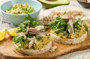 Dietetyczne kanapki z pastą jajeczna i awokado