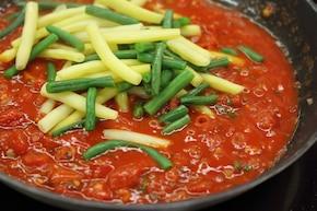 Fasolka w sosie pomidorowym – krok 3