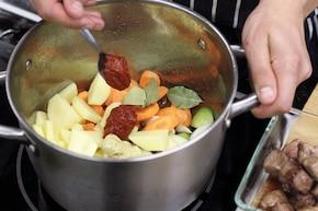 Duszona wołowina z warzywami – krok 2