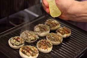 Faszerowane pieczarki z grilla – krok 6