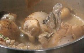 Faszerowane udka z kurczaka z sałatką - VIDEO – krok 4