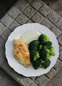 Filet z sosem czosnkowym i brokułem