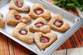 Francuskie ciasteczka z nutellą i truskawkami