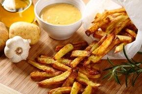 Frytki z ciepłym sosem serowym - VIDEO