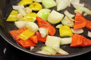 Gazpacho z krewetkami i awokado  – krok 1