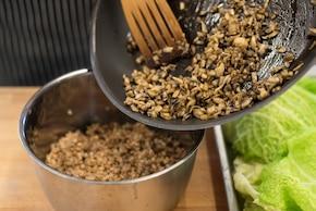 Gołąbki z kaszą gryczaną i grzybami w sosie pieczarkowym – krok 3