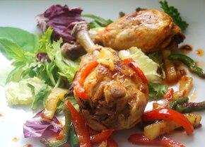 Gotowane pałki z kurczaka na sałacie z paprykowym sosem