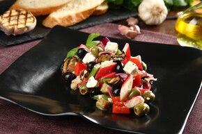 Grecka sałatka z grillowanych warzyw z krabowymi paluszkami i grzankami z sosem czosnkowym