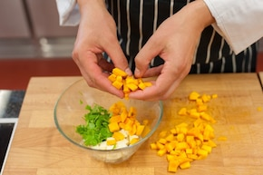 Grillowana pierś z kurczaka z dynią, serem feta i świeżą kolendrą – krok 2