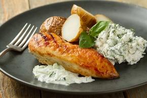 Grillowana pierś z kurczaka, ziemniaki pieczone, surówka z kalafiora, ogórek zielony, dip czosnkowo-ogórkowy