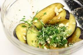 Grillowane bakłażany z octem, serem feta i miętą  – krok 3
