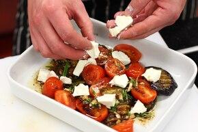 Grillowane bakłażany z octem, serem feta i miętą  – krok 6
