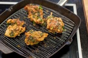 Grillowane udka z kurczaka z chili i kolendrą – krok 3