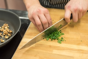 Roladki z bakłażana faszerowane pastą z pieczonego czosnku – krok 1