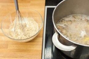 Gulasz drobiowy z pieczarkami i pietruszką – krok 4