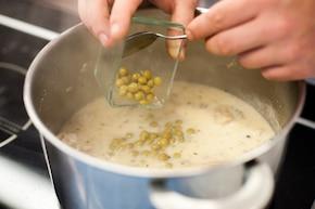 Gulasz z indyka w sosie śmietanowym z zielonym groszkiem – krok 5