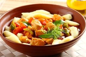 Gulasz z kurczaka z papryką i kopytkami