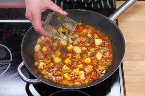 Gulasz z kurczakiem, ziemniakami i ogórkiem   – krok 5