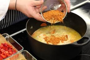 Gulasz z plackami ziemniaczanymi hash browns – krok 4