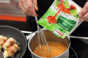 Halibut zawijany w boczek z sosem pomidorowym – krok 3