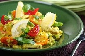 Hiszpańska paella z warzywami i kurczakiem