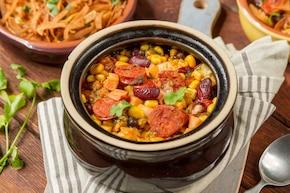 Hiszpańska zupa z czerwoną fasolą i kiełbasą chorizo
