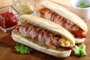 Hot dogi z grillowanymi kiełbaskami