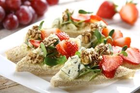 Imprezowe kanapki z pleśniowym serem i orzechami