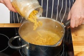 Sałatka makaronowa z suszonymi pomidorami i mozzarellą – krok 1