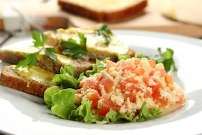 Jajecznica na parze z pomidorami na liściach sałaty z chlebem graham