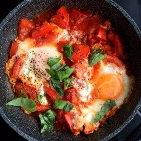 Jajka w pomidorach