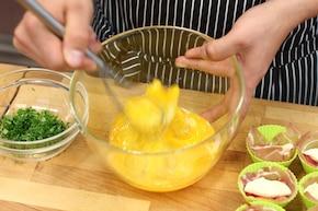 Jajka zapiekane w muffinkach – krok 3