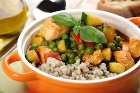 Jednogarnkowe danie z kaszą pęczak, warzywami i kurczakiem