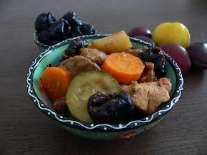 Jednogarnkowe mięsiwa z warzywami i śliwkami