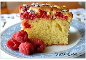 Jogurtowe ciasto z malinami