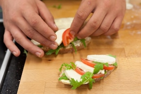 Kanapka Caprese z pomidorem  – krok 3