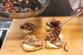 Kanapki z rostbefem, konfiturą z czerwonej cebuli i serem pleśniowym  – krok 3