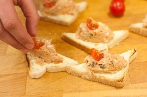 Kanapki z pastą rybną z pomidorami i kaparami – krok 4