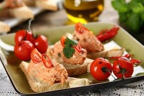 Kanapki z pastą rybną z pomidorami i kaparami