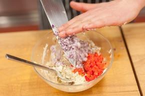 Kanapki z pastą z wędzonej makreli z papryką i kukurydzą – krok 2