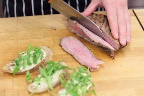 Kanapki z pieczoną wołowiną, rukolą i marynowaną papryką – krok 2